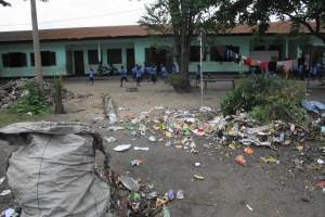 Kinderen spelen bijna tussen het afval