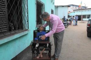 Toon Valks bij een ernstig gehandicapte jongen