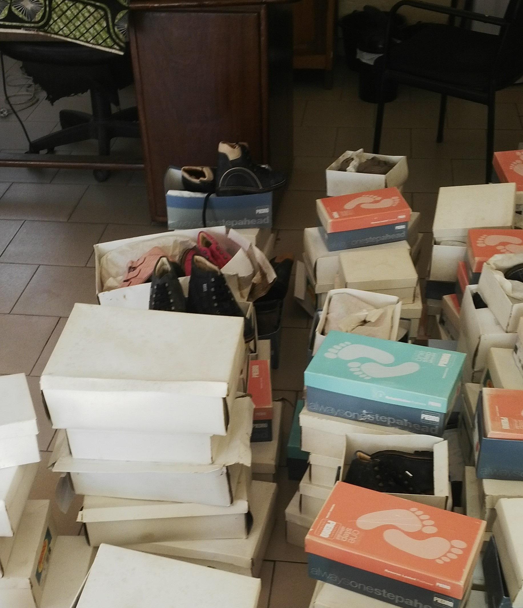 2 schoenen uitdelen Brazzaville 031215